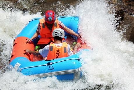 大觉山漂流一日游天天发班,专业运动漂流,体会惊心动魄、惊险刺激的大峡谷漂流